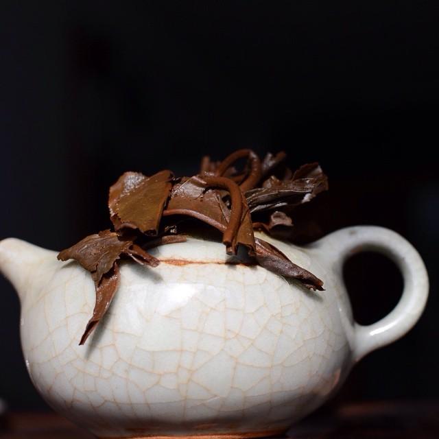 Look at the leaves on this 1990s #bluemark #lanyin #aged #rawpuer #tea and also #datteapot from @potsandtea #petrnovak #teapot #agedpuerh #agedpuer #agedpu #bluedrank #rawpu #agedsheng #shengpuer #agedtea #mengku #蓝印 #中茶 #普洱 #茶壶 #czechitout #petrnovak #white2tea #steepstergram #steepster #teachat #rtea #tealove #twodogteablog